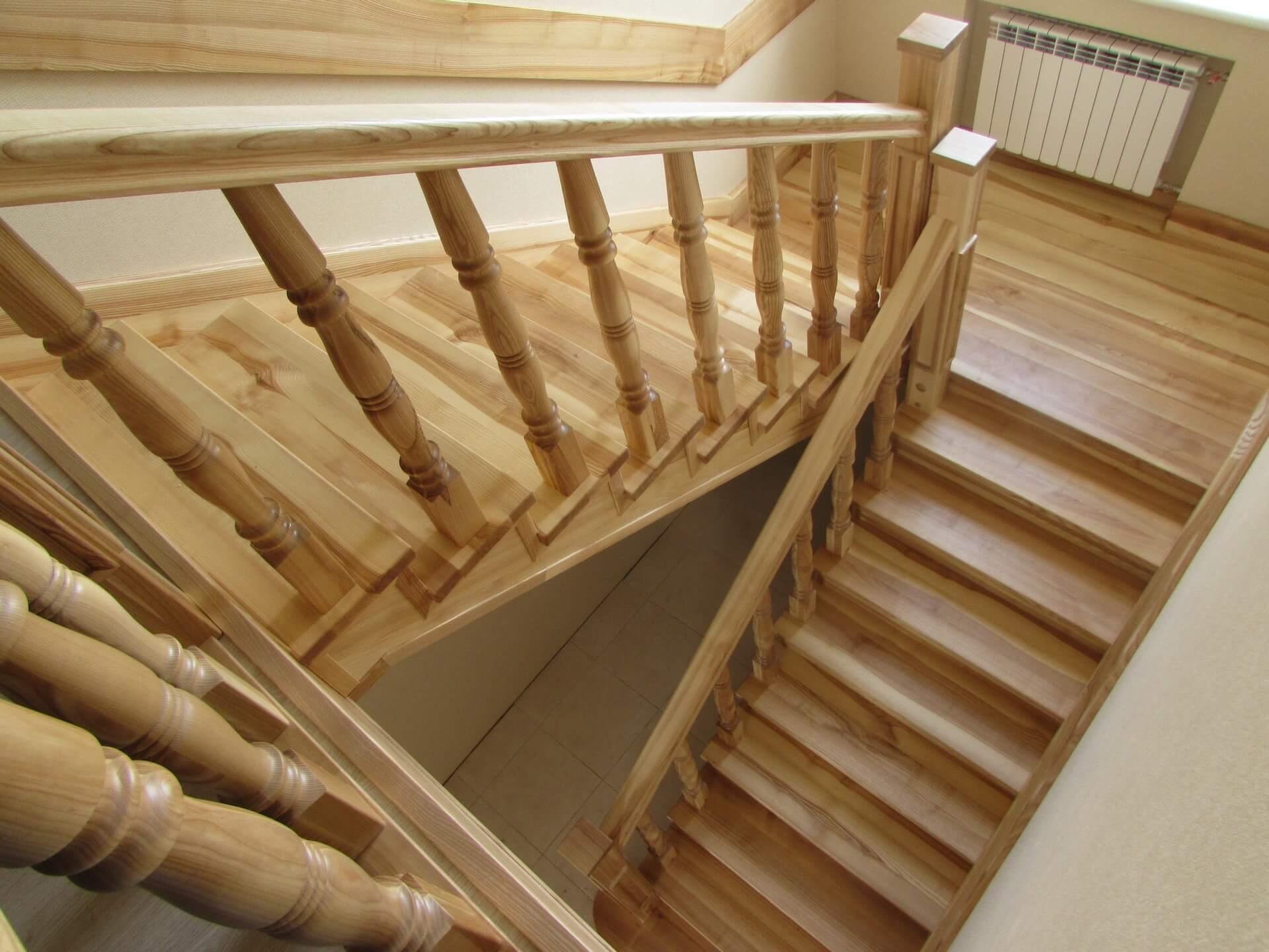 Лестница из ясеня: благоустройство второго этажа